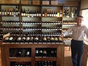 Renato ao lado dos vinhos franceses