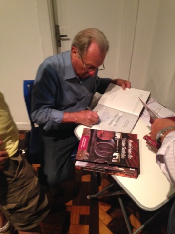 Rinaldo Dal Pizzol autografa seu livro da Fundação ECARTA