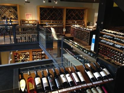 Os três andares de loja abrigam uma boa oferta de vinhos e um espaço para eventos