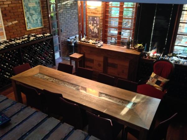 """Mesa central garante ar de """"casa"""" à Vinho e Arte e seus eventos."""