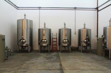 Nano vinícola: cada tanque abriga um vinho diferente