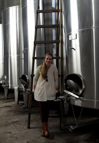 Marina e os tanques de vinificação: produção focada na qualidade (crédito: Gabriela Di Bella)