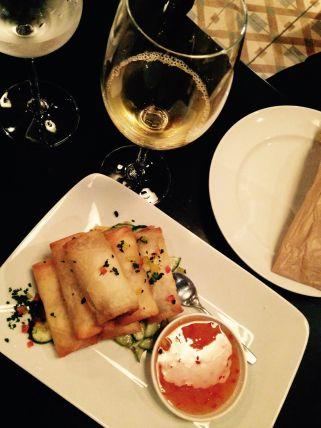 Rolinho primavera com molho de ostras, acompanhado por um vinho Pionero Macerato, de Portugal.