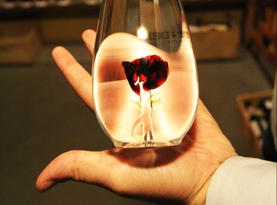 Flor de vidro no interior da garrafa de Grappa. (foto: Gabriela Di Bella)