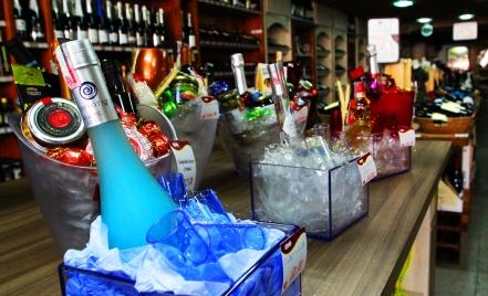 Plásticos e presentes no térreo, ao lado de alguns vinhos nacionais: os tesouros estão mais fundo. (foto: Gabriela Di Bella)