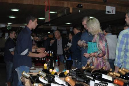 Visitantes degustam os vinhos selecionados para o Circuito Enogastronômico Espanhol