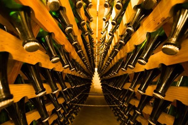 Ângulos escondidos na Cave: garrafas de espumante esperam pelo dégorge. (foto: Gabriela Di Bella)