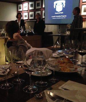 Mesa posta: Laura (de pé a esquerda) se prepara para apresentar os vinhos.