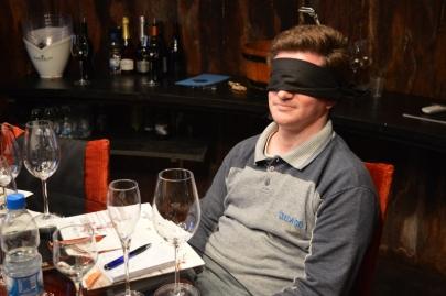 Vedados para provar os vinhos. uma experiência de filme, que não tem muito a ver com as tradicionais degustações às cegas.