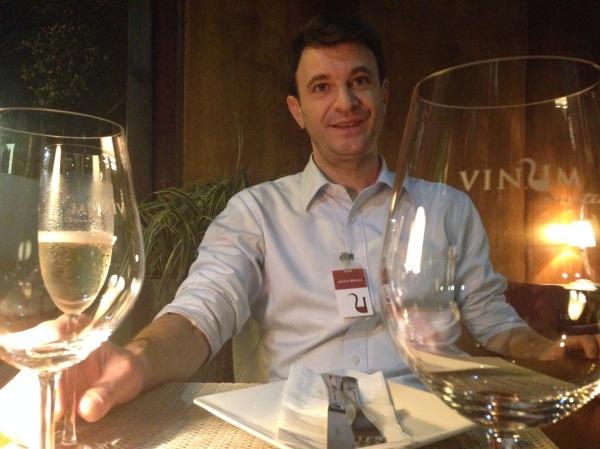 Juliano Maroso no seu habitat: a Enoteca Vinum, um Wine Bar com fôlego de restaurante.