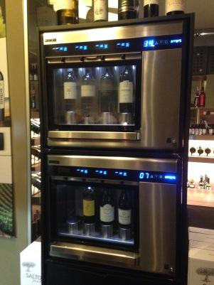 Tecnologia a favor do vinho em taça: máquina Enomatic é um dos diferenciais da Enoteca Vinum.