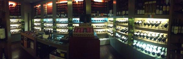 A Vinum Enoteca surgiu como loja há 16 anos, mas ganhou cozinha própria e Wine Bar há cinco.