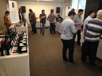 O salão na chegada - antes do movimento sério começar, profissionais de restaurantes e empórios experimentavam os vinhos.