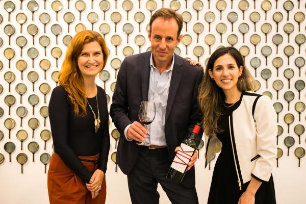 Apaixonados pelo que fazem, Gonzague e a diretora do hotel VIK no Chile apresentaram a proposta do vinho.