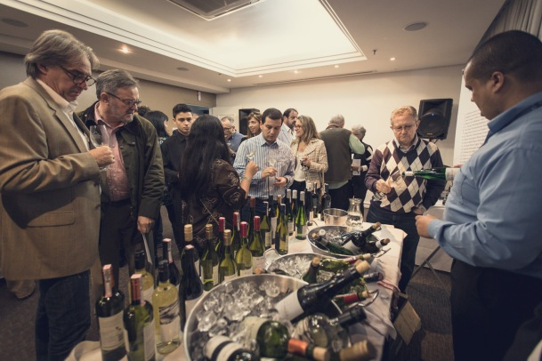 Os vinhos foram organizados por corpo e intensidade crescente, o que facilitava explorar as ilhas na sequência montada.