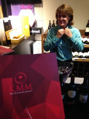 Marli Pedrebon apresentou os vinhos que a KMM importa.