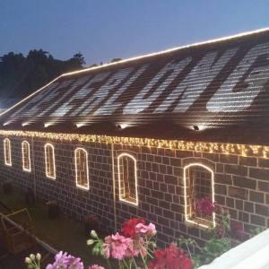 Peterlongo iluminada para a comemoração dos seus 100 anos.
